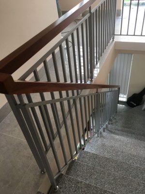 cầu thang sắt tay vịn gỗ tại đà nẵng